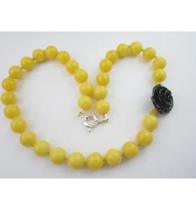 particolare collana in agata gialla cabochon di 12 mm con laterale rosa nera