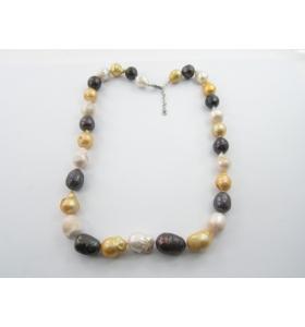 particolare collana con perle maiorca multicolor e tubini argentati con fermaglio a forma di foglia e strass