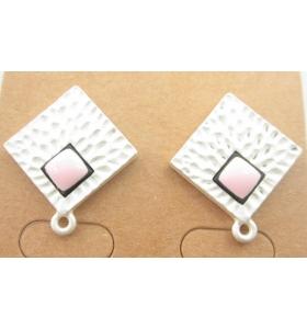 coppia orecchini zama modello rombo martellato argentato effetto satinato smalto rosa