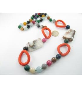 particolare collana pietre miste con due grandi quarzi arborizzati semigrezze e inserti in resina
