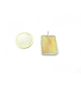 ciondolo rettangolare piccolo in vetro giallo sfumato realizzato con tecnica Tiffany