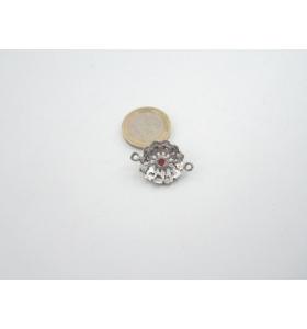 1 componente/connettore in argentone 26x19 mm. con piccola pietra cristallizato rossa