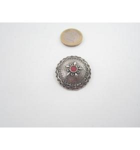 1 ciondolo in argentone tondo bombato di 31 mm. con piccola pietra rossa  +1 m. di cordoncino nero