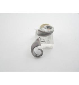 una coppia di orecchini in resina grigio melange forma a virgola 28x12 mm.