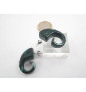 una coppia di orecchini in resina verde melange forma a virgola 28x12 mm.