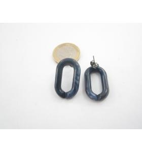 una coppia di orecchini in resina blu scuro melange  27x16 mm.