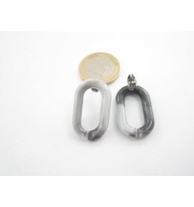una coppia di orecchini in resina grigio melange  27x16 mm.